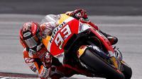 Pembalap Repsol Honda, Marc Marquez saat beraksi pada tes pramusim MotoGP 2018 di Sirkuit Sepang, Malaysia. (AP Photo/Sadiq Asyraf)