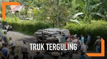 Sebuah truk terguling di kawasan Puncak, Bogor. Puluhan siswa yang jadi penumpangnya pun terjatuh dan berhamburan di jalan.