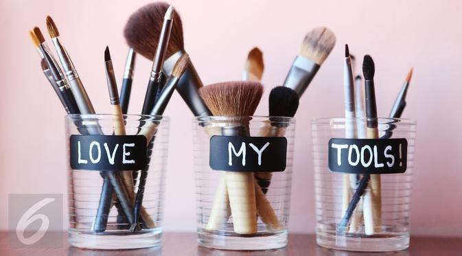 Bagi pemula setidaknya Anda harus memiliki enam jenis kuas makeup ini di rumah. (Foto: iStockphoto)