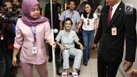 Julia Perez berada diatas kursi roda ditemani Yuni Shara saat jumpa pers di RSCM, Jakarta, Rabu (15/2). Julia Perez atau yang akrab disapa Jupe, meninggal dunia. Meninggalnya Jupe dikonfirmasi oleh sang adik, Nia Anggia. (Liputan6.com/Herman Zakharia)