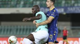 Striker Inter Milan, Romelu Lukaku, berebut bola dengan pemain Hellas Verona pada laga lanjutan Serie A di Stadion Antonio Bentegodi, Jumat (10/7/2020) dini hari WIB. Inter Milan bermain imbang 2-2 atas Hellas Verona. (Paola Garbuio/LaPresse via AP)
