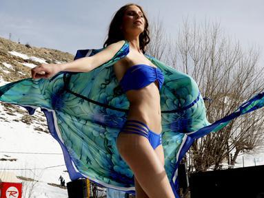 Model berpose mengenakan lingerie dalam peragaan busana yang merupakan bagian dari Festival Ski dan Mode di resor ski Faraya, dekat Beirut, Lebanon, Minggu (4/3). Pemandangan pegunungan bersalju menjadi latar belakang fashion show itu. (ANWAR AMRO/AFP)