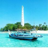 Kapal di pantai Belitung. foto: Instagram @sewakapalbelitung