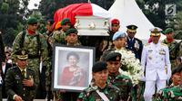 Prajurit TNI membawa peti jenazah istri presiden ke-6 RI Susilo Bambang Yudhoyono (SBY), Ani Yudhoyono di TMP Kalibata, Jakarta, Minggu (2/6/2019). Ani Yudhoyono dimakamkan secara militer. (Liputan6.com/JohanTallo)