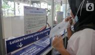 Calon penumpang mengembuskan nafasnya ke dalam kantong untuk dites COVID-19 dengan GeNose C19 di Stasiun Gambir, Jakarta, Rabu (24/3/2021). PT KAI (Persero) menaikkan tarif pemeriksaan tes GeNose C19 di sejumlah stasiun dari Rp20 ribu menjadi Rp30 ribu. (Liputan6.com/Faizal Fanani)
