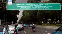 Plang rambu pemberitahuan uji coba ganjil genap terpampang di Jalan Merdeka Timur, Jakarta, (22/4). Uji coba penambahan waktu pembatasan kendaraan ganjil-genap di ruas Sudirman-Thamrin dimulai diuji coba pada Senin (23/4) besok. (Liputan6.com/Johan Tallo)