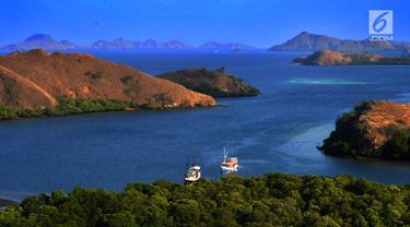 Pemandangan sebuah teluk di Pulau Rinca, Taman Nasional Komodo, NTT, Minggu (14/10). Selain terkenal dengan komodonya, Pulau Rinca memiliki pemandangan alam yang indah dan memikat wisatawan. (Merdeka.com/Arie basuki)