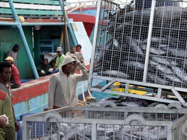 Pekerja saat menurunkan ikan di Pelabuhan Muara Baru, Jakarta, Minggu (11/1/2015). Jakarta, Minggu (11/1/2015). (Liputan6.com/Faizal Fanani)