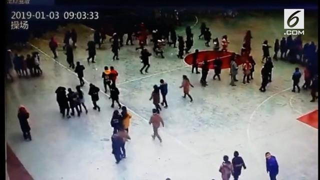 Rekaman kepanikan para siswa saat melarikan diri saat gempa di Sichuan, China beredar di media sosial.