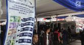 Warga antre menukarkan uang pecahan baru di loket mobil kas keliling di GOR Tri Lomba Juang, Kota Semarang,  Senin (20/5/2019). Pelaksanaan layanan penukaran guna memenuhi kebutuhan uang pecahan untuk lebaran ini berlangsung secara bergantian mulai 20-23 Mei 2019. (Liputan6.com/Gholib)