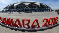 """Logo bertuliskan """"Samara 2018"""" terlihat di luar gedung Samara Arena yang juga dikenal sebagai Kosmos Arena di Rusia, 6 Mei 2018. Samara Arena adalah salah satu dari 12 venue untuk penyelenggaraan Piala Dunia 2018 Rusia musim panas ini (AFP/Mladen ANTONOV)"""