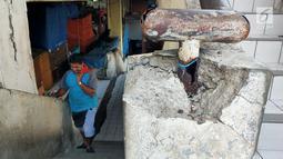 Seorang pria menaiki tangga di pasar tradisional Pasar Mingu di Jakarta, Rabu (17/7). Rencana revitalisasi 21 pasar tradisional di Ibu Kota terancam molor karena status lahan pasar masih dalam proses perubahan sertifikasi. (Liputan6.com/Immanuel Antonius)
