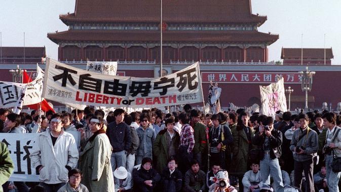 Mahasiswa berkumpul selama tiga pekan di Lapangan Tiananmen, sebelum tank menggilas mereka pada 4 Juni 1989. Foto diambil pada  14 Mei 1989 (CATHERINE HENRIETTE / AFP )