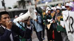 Seorang Mahasiswa melakukan orasi saat memperingati hari Bahasa Arab, Jakarta, Kamis (18/12/2014). ( Liputan6.com/Faizal Fanani)