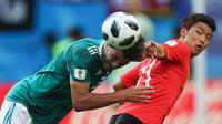 Hwang Hee-chan (kanan) saat laga Korsel vs Jerman di Piala Dunia 2018. (Roman Kruchinin/AFP)