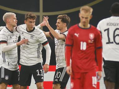 Pemain Jerman merayakan gol yang dicetak Gian-Luca Waldschmidt ke gawang Republik Ceko pada laga uji coba di RB Arena, Kamis (12/11/2020) dini hari WIB. Jerman menang 1-0 atas Republik Ceko. (AFP/Odd Andersen)