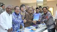 Ketua Umum Apkasi Abdullah Azwar Anas menyerahkan rekomendasi tertulis Apkasi kepada Menteri ATR/BPN, Sofyan A. Djalil di Aula PTSP Kantor Kementerian ATR/BPN di Jakarta, Selasa (11/02/2020). (Istimewa)