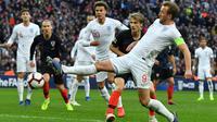 Striker Inggris, Harry Kane, berusaha mengirim umpan saat melawan Kroasia pada laga UEFA Nations League di Stadion Wembley, London, Minggu (18/11). Inggris menang 2-1 atas Kroasia. (AFP/Ben Stansall)
