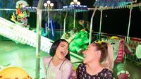 Anastasia Karanikolaou dan Kylie Jenner duduk di salah satu wahana pesta ulang tahun Stormi. (dok. Instagram @kyliejenner/https://www.instagram.com/p/B8FcR0cHyY1//Adhita Diansyavira)