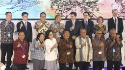 Gubernur BI Perry Warjiyo (bawah ketiga kanan), Menko Perekonomian Darmin Nasution (bawah tengah), Menkeu Sri Mulyani (bawah ketiga kiri) berpose saat acara Indonesia Investmen Forum 2018 di IMF-WB 2018, Bali, Selasa (9/10). (Liputan6.com/Angga Yuniar)