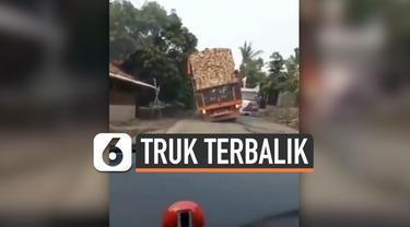 Viral di media sosial, sebuah video yang merekam detik-detik sebuah truk terbalik akibat kelebihan muatan kayu. Ini terjadi di daerah kabupaten Bekasi.