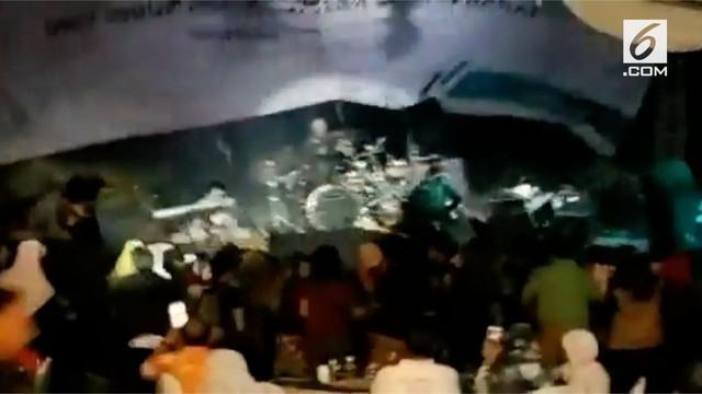 Detik-detik tsunami anyer terjadi saat band Seventeen sedang mengelar konser di Tanjung Lesung, Pandeglang, Banten.