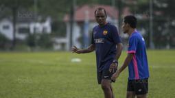 Pelatih Selangor FA, Pachaiappan Maniam, memberi instruksi kepada Evan Dimas saat latihan di Lapangan SUK, Selangor, Sabtu (3/2/2018). Selangor FA bersiap jelang laga perdana Liga Super Malaysia melawan Kuala Lumpur FA. (Bola.com/Vitalis Yogi Trisna)
