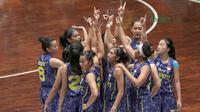 Para pemain Merpati Bali merayakan kemenangan atas Tenaga Baru Pontianak pada laga Srikandi Cup 2018 di GOR Lokasari, Jakarta, Rabu (21/3/2018). Merpati Bali menang 61-37. (Bola.com/Nick Hanoatubun)