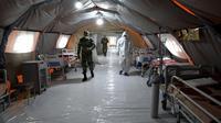 Tentara Iran bekerja di rumah sakit sementara khusus pasien virus corona COVID-19 di Teheran, Iran, Kamis (26/3/2020). Hingga Kamis (26/3/2020), kasus positif virus corona COVID-19 di Iran mencapai 29.406 orang dengan 2.234 pasien meninggal dunia dan 9.625 sembuh. (AP Photo/Ebrahim Noroozi)