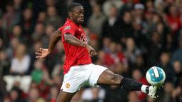 Louis Saha. Striker yang telah pensiun ini didatangkan Manchester United dari Fulham pada tengah musim 2003/2004 dengan nilai transfer sebesar 17,5 juta euro atau setara Rp.287 miliar. Total 4,5 musim, ia tampil dalam 124 laga dengan torehan 42 gol dan 20 assist. (AFP/Andew Yates)