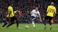 Aksi pemain Tottenham, Harry Kane melepaskan tembakan ke gawang Watford pada lanjutan Premier League di Wembley stadium, London, (30/4/2018). Tottenham menang 2-0. (AP/Kirsty Wigglesworth)