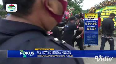 Tangis Wali Kota Surabaya, Tri Risma Harini pecah di tengah proses pemakaman anak buahnya Kepala Dinas Pengendalian Penduduk Pemberdayaan Perempuan dan Perlindungan Anak Kota Surabaya, Chandra Oratmangun di TPU Keputih Sukolilo.