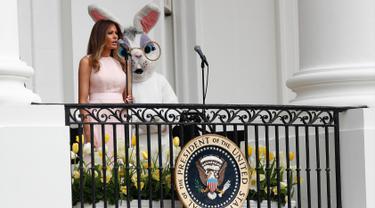 Melania Trump berpidato saat perayaan Paskah ke-139 di Truman balkon Gedung Putih, Washington, Senin (17/4). Acara Paskah tahunan ini juga dimeriahkan dengan lomba menggelindingkan telur. (AP Photo/Carolyn Kaster)