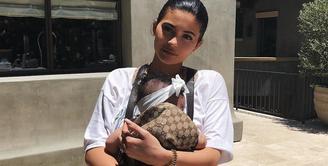 Kylie Jenner dan Stormi memang ibu dan anak yang menggemaskan. Hal itu mereka buktikan lewat unggahan di Instagram. (instagram/kyliejenner)