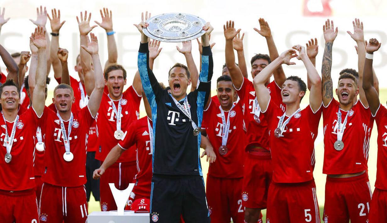 Kapten Bayern Munchen, Manuel Neuer, mengangkat trofi juara Bundesliga usai melawan Wolfsburg di Volkswagen Arena, Sabtu (27/6/2020). Kemenangan itu membuat Bayern kokoh di puncak klasemen sekaligus mengunci gelar juara Bundesliga. (AP/Kai Pfaffenbach)
