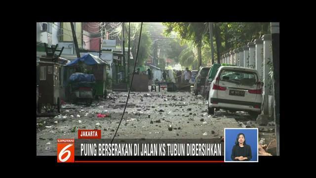 Puluhan PPSU bersihkan sisa puing-puing hasil bentrokan massa dan polisi di Petamburan, Jakarta Barat.
