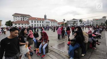 Wisatawan menikmati suasana Kawasan Kota Tua, Jakarta, Selasa (26/12). Musim libur akhir tahun sepanjang Natal dan Tahun Baru dimanfaatkan warga Jakarta untuk menyerbu berbagai tempat wisata, salah satunya kawasan Kota Tua. (Liputan6.com/Faizal Fanani)