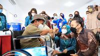 Eri Cahyadi menyemangati disabilitas saat vaksinasi. (Dian Kurniawan/Liputan6.com)