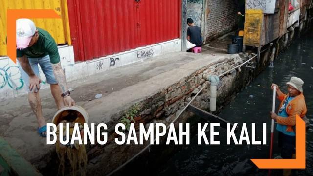 Dinas Lingkungan Hidup DKI Jakarta langsung melakukan penindakan terhadap pria yang nekat membuang sampah ke Kali Krukut Bawah, Tanah Abang.