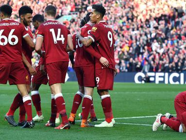 Penyerang Liverpool Mohamed Salah (kanan) melakukan sujud syukur saat merayakan golnya dalam pertandingan Liga Inggris melawan Bournemouth di Anfield, Liverpool (14/4). Liverpool meraih kemenangan telak saat melawan Bournemouth. (Anthony Devlin/PA via AP)