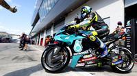 Valentino Rossi dipastikan akan berhenti dari dunia balap MotoGP pada akhir musim 2021 nanti. Rider asal Italia ini mengumumkan keputusan pensiunnya menjelang GP Styria 2021, tepatnya pada Kamis (05/08/2021) lalu. (Foto: AFP/Joe Klamar)