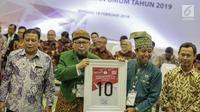 Ketua Umum Partai Persatuan Pembangunan (PPP) Romahurmuziy (tengah) mendapatkan nomor 10 sebagai peserta pemilu 2019 saat pengundian nomor urut parpol di kantor KPU, Jakarta, Minggu (19/2). (Liputan6.com/Faizal Fanani)