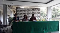 Sekjen PBS, Achmad Budiarto (kanan) dan Kabid Binpres PBSI, Susy Susanti, pada konferensi pers di Pelatnas Cipayung, Rabu (16/1/2018). (Bola.com/Yus Mei Sawitri)