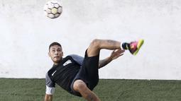 Neymar saat melakukan tedangan salto pada laga sepak bola mini yang merupakan bagian dari  Neymar Junior Institute project di  Praia Grande, Sao Paulo, Brasil, (9/7/2016). (AFP/Miguel Schincariol)