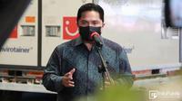 Menteri BUMN sekaligus Ketua Pelaksana KPC-PEN Erick Thohir menyambut kedatangan bahan baku vaksin Sinovac di Bandara Soekarno-Hatta, Tangerang, Banten, Senin (31/5/2021). (Dok Kementerian Komunikasi dan Informatika)