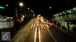 Sejumlah kendaraan melintas di Jalan MH Thamrin, Jakarta, Sabtu (31/12). Dikarenakan pembangunan jalur MRT dan lingkar susun Semanggi Pemprov DKI Jakarta memutuskan meniadakan malam bebas kendaraan pada pergantian tahun. (Liputan6.com/Helmi Fithriansyah)
