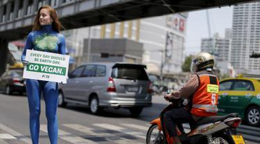 Seorang wanita anggota PETA (People for the Ethical Treatment of Animals) saat melakukan aksi untuk mempromosikan veganisme di Bangkok tanggal 21 April 2016. Wanita ini hanya berbikini saat melakukan aksinya. (REUTERS / Jorge Silva)