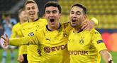 Bek Borussia Dortmund, Raphael Guerreiro (kanan) merayakan gol bersama rekannya, Mateu Morey, dalam laga lanjutan Liga Champions 2020/21 Grup F melawan Lazio di Signal Iduna Park Stadium, Dortmund, Rabu (2/12/2020) waktu setempat. Dortmund bermain imbang 1-1 dengan Lazio. (AFP/Ina Fassbender)