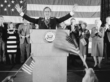 File foto 7 November 1984, George Bush setelah terpilih kembali untuk jabatan wakil presiden AS di Houston, Texas.  Bush Senior yang menjadi Presiden ke-41 AS itu meninggal dunia pada hari Jumat waktu setempat di usia 94 tahun. (AP/F. Carter Smith, File)