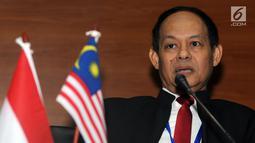 Chief Commissioner MACC, Datuk Sri Mohd Shukri bin Abdul memberi keterangan usai menandatangani perpanjangan MoU di gedung KPK, Jakarta, Senin (5/11). Perpanjangan MoU KPK dan MACC berkaitan dengan pemberantasan korupsi. (Merdeka.com/Dwi Narwoko)